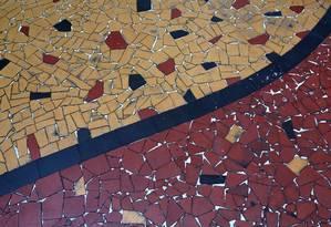 Piso de caquinhos de cerâmica em imóvel no Lins, subúrbio do Rio Foto: Custódio Coimbra / Agência O Globo