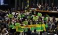 Parlamentares erguem cartazes e faixas a favor do afastamento da presidente Dilma