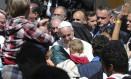 Papa cumprimenta refugiados em campo próximo ao porto de Mytilene, na ilha de Lesbos Foto: Petros Giannakouris / AP