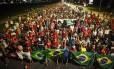 Manifestantes contra o impeachment da presidente Dilma caminham pela Esplanada dos Ministérios, em Brasília