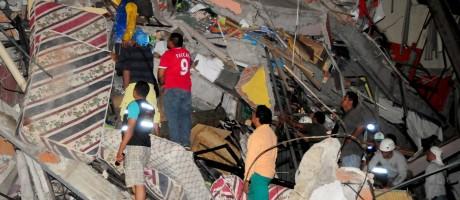 Vítimas reviram escombros de prédio destruído em Manta Foto: STRINGER / REUTERS