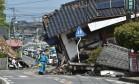 Policiais buscam vítimas de terremoto em Mashiki Foto: KAZUHIRO NOGI / AFP