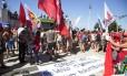 Manifestantes se concentram na Praia de Copacabana