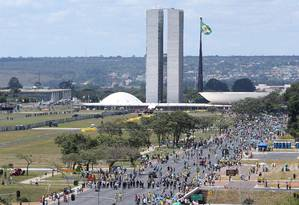 Manifestantes começam a chegar na Esplanada dos Ministérios Foto: Andre Coelho / Agência O Globo