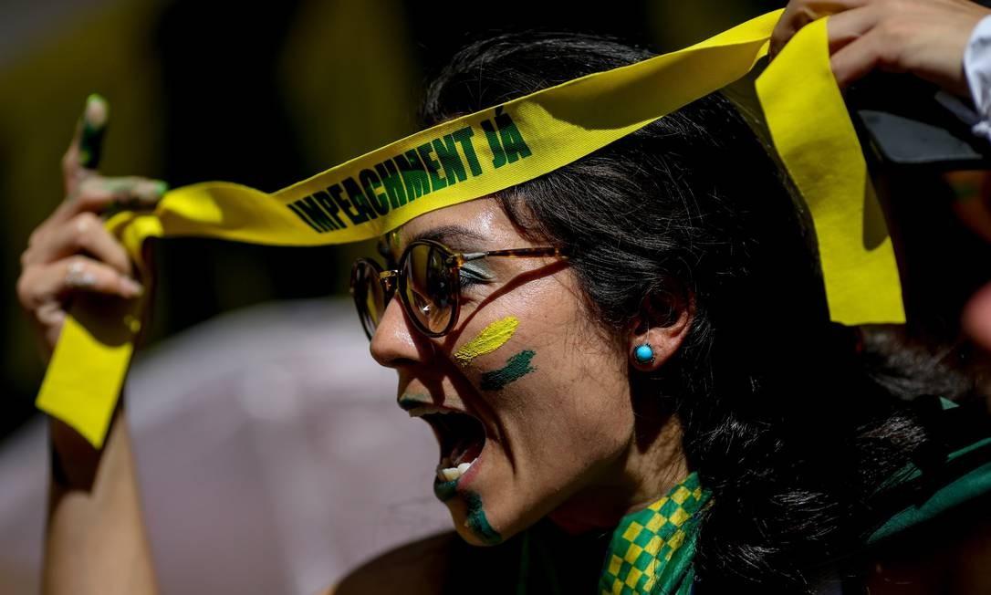 Manifestante utiliza faixa em manifestação pelo impeachment na Paulista Foto: Pedro Kirilos / Agência O Globo