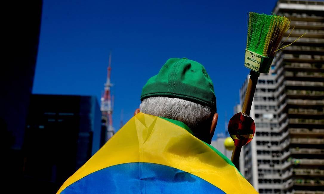 Vassoura simboliza protesto em São Paulo contra a corrupção Foto: Pedro Kirilos / Agência O Globo