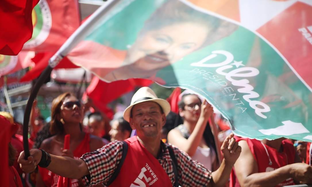 Bandeira pró-Dilma é exibida no Anhangabaú Foto: Agência O Globo