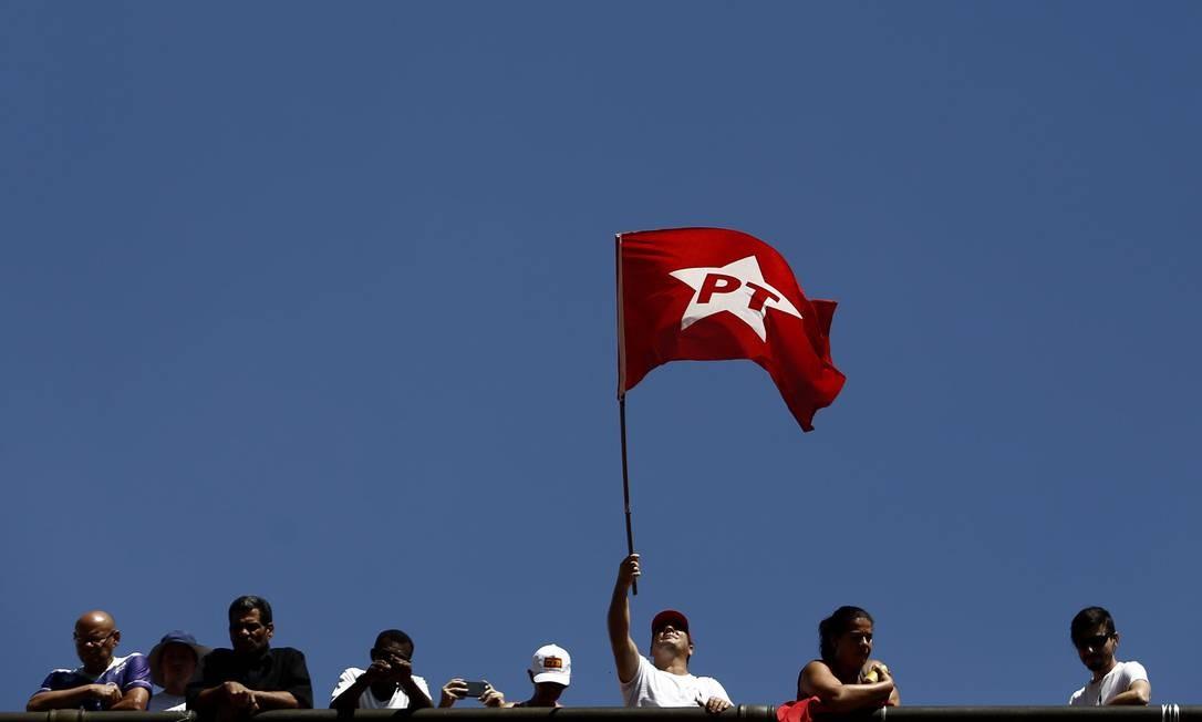 Em protesto no Anhangabaú, manifestantes se pronunciam a favor do PT Foto: Miguel Schincariol / AFP