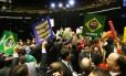 Confusão marca início da sessão para votar impeachment de Dilma na Câmara