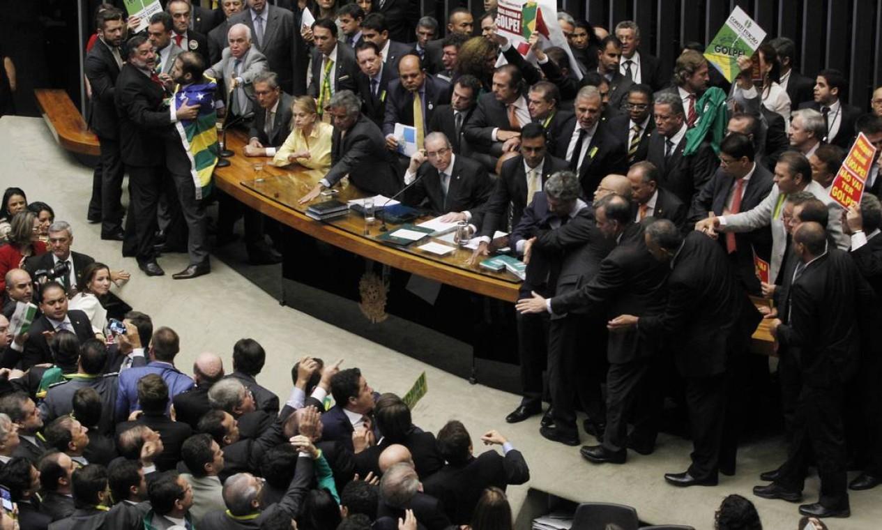 Deputados pró e contra o impeachment discordaram sobre a ordem da segunda chamada dos vontantes Foto: Givaldo Barbosa / Agência O Globo
