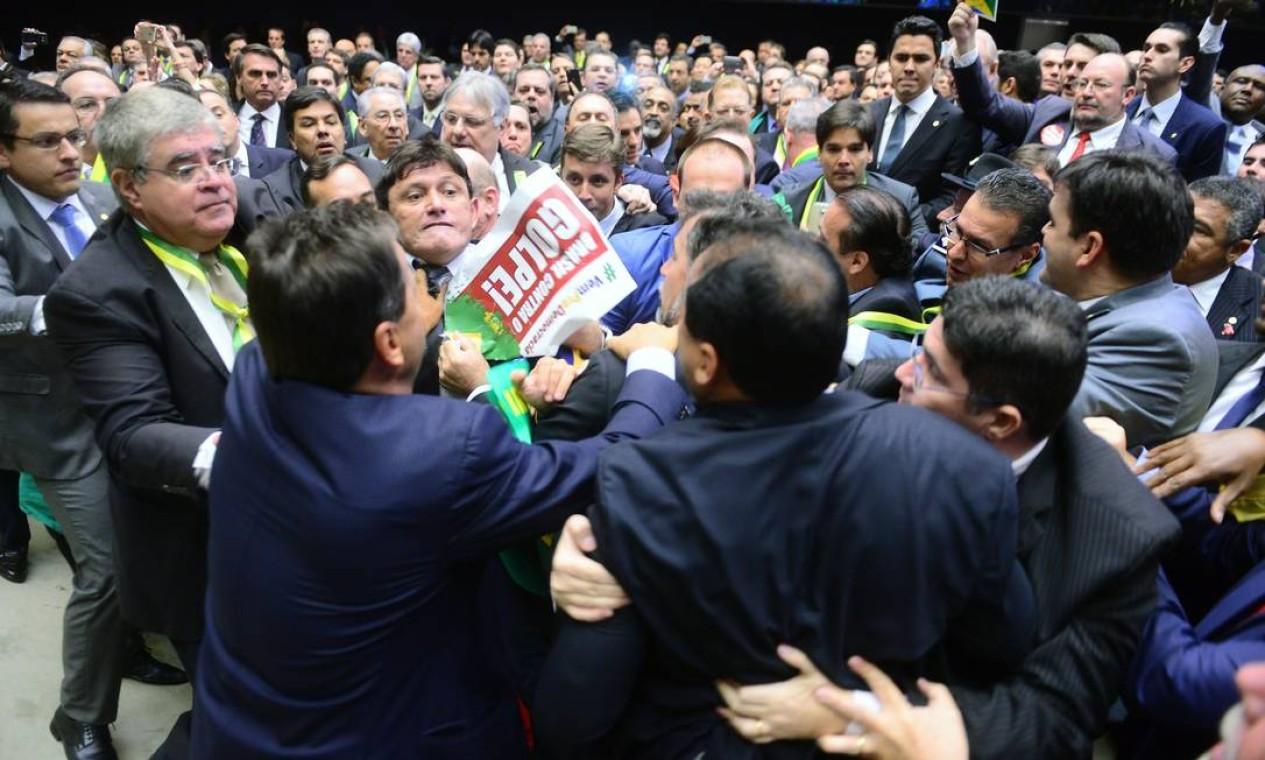 A sessão de votação contra o impeachment da Presidente Dilma começou com confusão entre os deputados Foto: NILSON BASTIAN / Agência O Globo