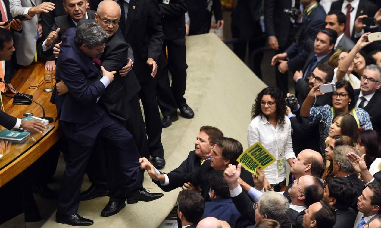 Houve empurra-empurra entre os deputados antes dos discursos previstos para a sessão Foto: EVARISTO SA / AFP