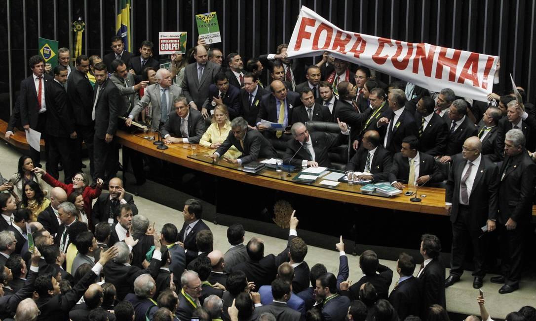 Deputados contrarios ao impeachment estenderam faixa contra o presidente da Câmara, deputado Eduardo Cunha Foto: Givaldo Barbosa / Agência O Globo