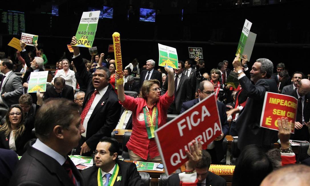 Deputados contra o impeachment carregavam cartazes com os dizerem 'não vai ter golpe' Foto: Jorge William / Agência O Globo