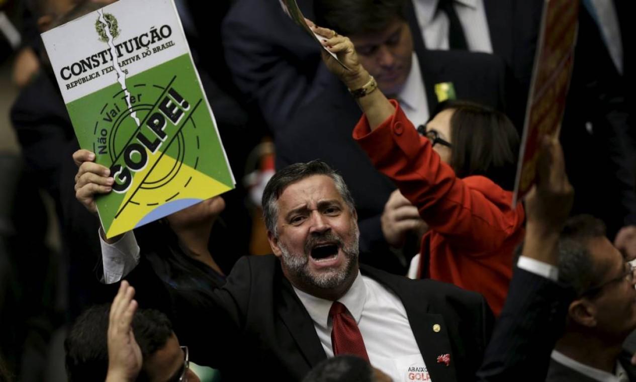 A imagem da constituição rasgada era outro símbolo utilizado pelos deputados que apoiam o governo Foto: UESLEI MARCELINO / REUTERS