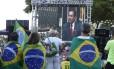 Manifestantes assistem à transmissão da votação do impeachment em telão na Praia de Copacabana
