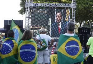 Manifestantes assistem à transmissão da votação do impeachment em telão na Praia de Copacabana Foto: Alexandre Cassiano / Agência O Globo