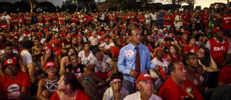 Grupo contráio ao impeachment acompanha a transmissão na Esplanada dos Ministérios, em Brasília Foto: Daniel Marenco / Agência O Globo