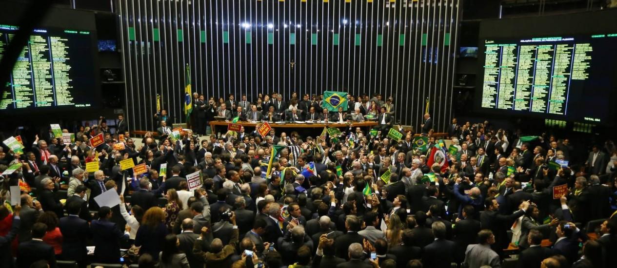 Parlamentares votam a admissão do processo de impeachment na Câmara dos Deputados Foto: Ailton de Freitas / Agência O Globo