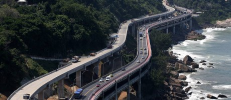 A nova pista do Elevado do Joá pode ser vista contornando a montanha, um pouco acima da estrutura atual Foto: Custódio Coimbra / Agência O Globo