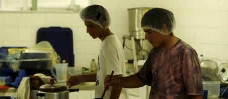 Alunos preparam o almoço no Colégio Estadual Prefeito Mendes de Moraes Foto: Gabriel de Paiva / Agência O Globo