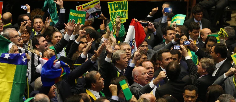 Deputados pró-impeachment comemoram votos pelo afastamento da presidente Foto: Ailton de Freitas / Agência O Globo