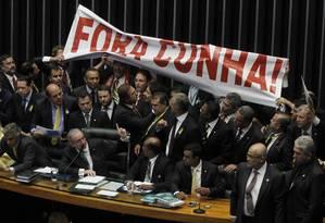 Durante a sessão que aprovou o pedido de impeachmente da presidente Dilma Roussef, deputados governistas pedem a cassação de Eduardo Cunha Foto: Agência O Globo