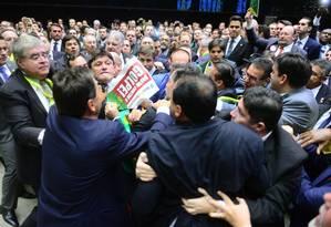 Deputados a favor e contrários ao afastamento da presidente Dilma batem boca e protagonizam empurra-empurra antes da votação Foto: Nilson Bastian / Agência Câmara