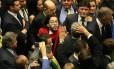 O deputado Jean Wyllys (PSOL-RJ) cospe em Jair Bolsonarono (PSC-RJ) durante a sessão de votação do impeachment: ele alegou ter sido xingado