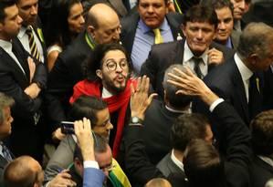 O deputado Jean Wyllys (PSOL-RJ) cospe em Jair Bolsonarono (PSC-RJ) durante a sessão de votação do impeachment: ele alegou ter sido xingado Foto: Diego Vara/Agência RBS 18/04/2016