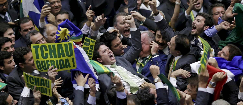 O deputado Bruno Araújo (PSDB-PE), que deu o voto 342, é festejado por colegas da oposição no plenário Foto: UESLEI MARCELINO / REUTERS