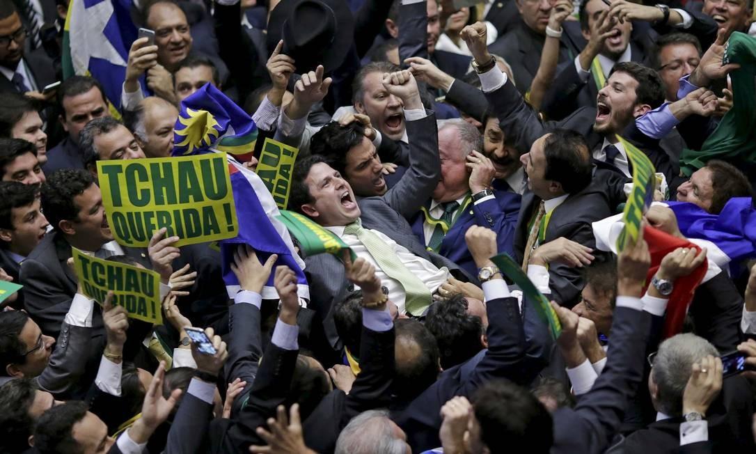 Vibração no plenário da Câmara após a aprovação da abertura do processo de impeachment da presidente Dilma Foto: UESLEI MARCELINO / REUTERS