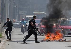 Moradores atearam fogo em objetos e interditam a Avenida Dom Hélder Câmara Foto: Márcio Alves / Agência O Globo