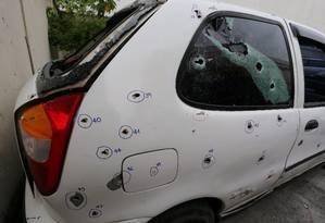 Carro onde os jovens estavam recebeu 111 tiros de policiais em Costa Barros Foto: Fabiano Rocha 02-12-2015 / Agência O Globo