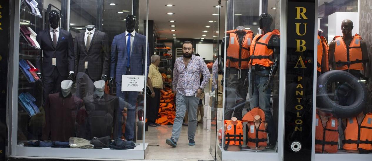 Cena comum em Izmir: vendedores exibem coletes salva-vidas em loja. Com veto europeu a novos imigrantes, material vai sobrando Foto: TYLER HICKS / NYT