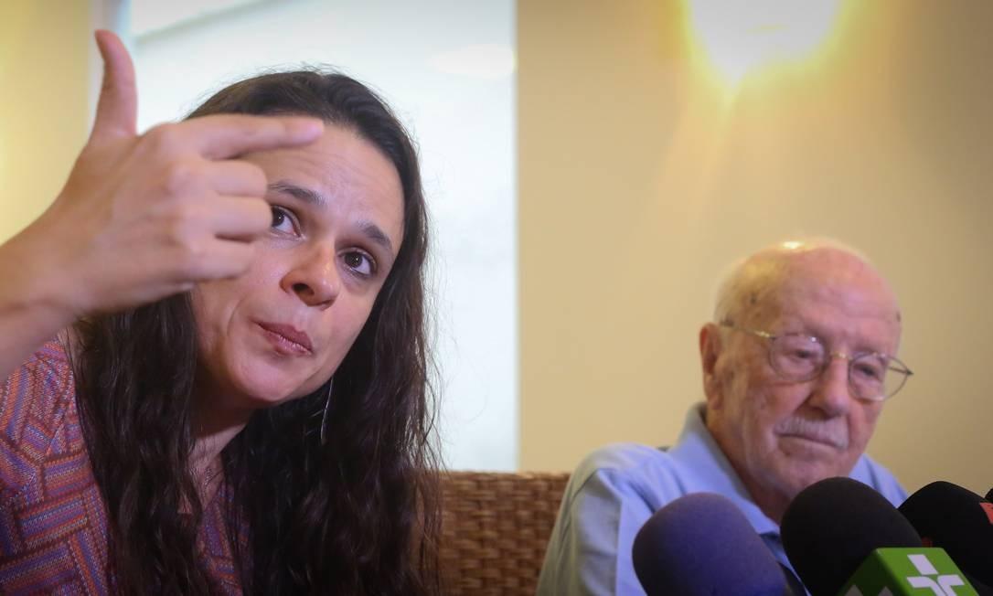 Janaína Paschoal assina o pedido de impeachmente com Hélio Bicudo e Miguel Reale Jr Foto: Marcos Alves/Agência O Globo