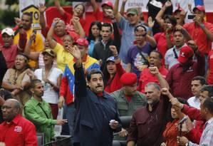 Presidente venezuelano, Nicolás Maduro acena para apoiadores em frente ao Palácio de Miraflores Foto: Ariana Cubillos / AP