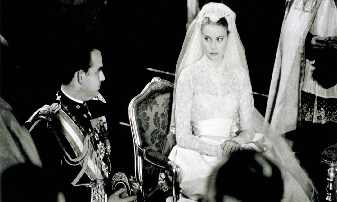 Grace Kelly com Rainer III durante o casamento Divulgação 19/04/1956