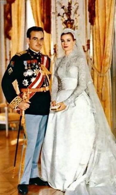 Criado por Helen Rose, estilista do estúdio de cinema MGM, o vestido de Grace tornou-se um dos mais famosos do mundo. Hoje, a peça pertence ao Museu de Arte da Filadélfia Agência O Globo