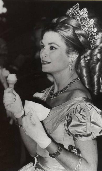Em baile de gala em 1966, Grace aprecia um sorvete com joias da Van Cleef & Arpels Divulgação