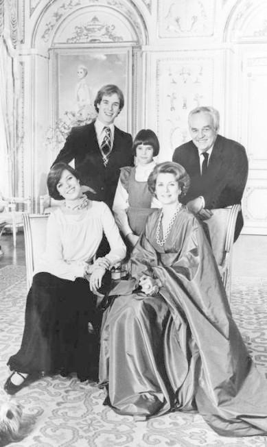 Em foto de 1976, Grace posa com o marido e seus três filhos: Caroline, Stephanie e Albert AFP PHOTO FILES