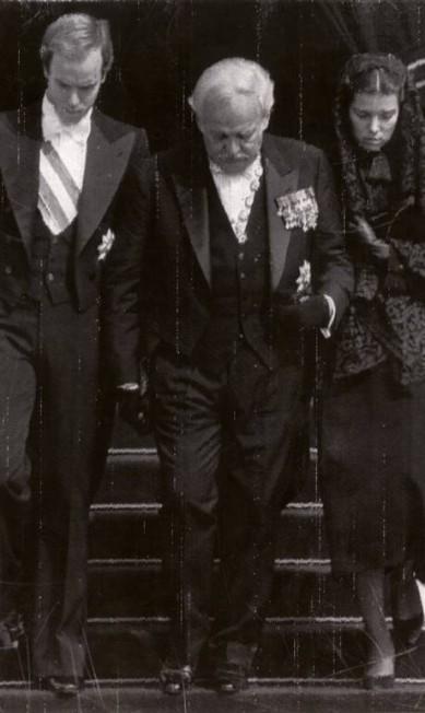 O príncipe Rainier com os filhos Albert e Caroline no funeral de Grace: ela morreu aos 52 anos, em 1982, após sofrer um infarto enquanto dirigia Acervo