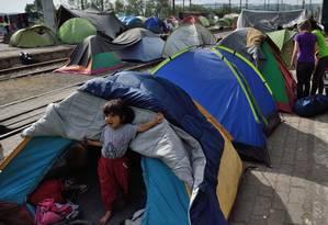 Criança num acampamento de refugiados na fronteira entre Grécia e Macedônia Foto: DANIEL MIHAILESCU / AFP