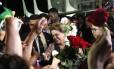 A presidente Dilma Roussef recebe rosas de mulheres no Palácio do Planalto nesta terça-feira