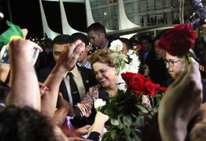 A presidente Dilma Roussef recebe rosas de mulheres no Palácio do Planalto nesta terça-feira Foto: Givaldo Barbosa / Agência O Globo