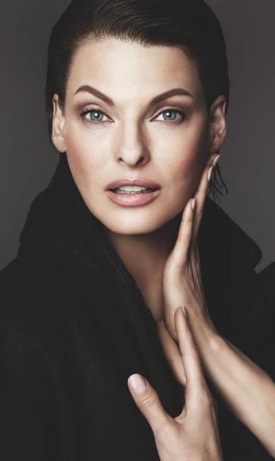 Linda na campanha de beleza do inverno 2016 da Dolce & Gabbana. O clique é da dupla Mert Alas and Marcus Piggott. Dá para acreditar que é a mesma da foto anterior? Divulgação