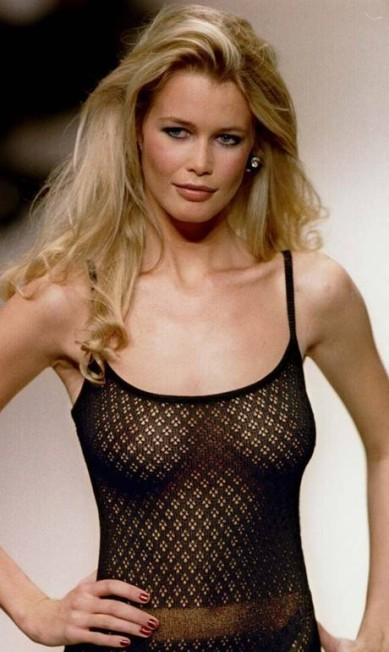 Claudia Schiffer num desfile da Chanel em 1994: top foi uma das grande modelos de sua geração, tendo desfilado para todas as grandes grifes do circuito Nova-York, Londres, Paris e Milão Jack Dabaghian / Reuters
