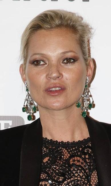 Nos anos 1990, Kate Moss era a musa da estética heroin chic. Hoje, aos 42 anos, ela tem bem mais curvas, mas segue estrelando campanhas para grifes importantes Andre Penner / AP