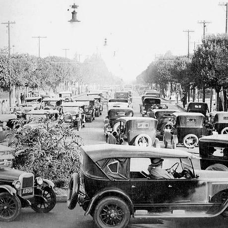 Avenida Paulista, 1928. No canto inferior esquerdo, um carro de praça Chevrolet Foto: reprodução / reprodução