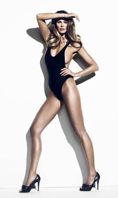 """Ela fez fama como """"o corpo"""" da moda. E hoje, aos 52 anos, Elle Macpherson continua com o corpo escultural e posando com pouca roupa para promover sua linha de beleza Divulgação"""